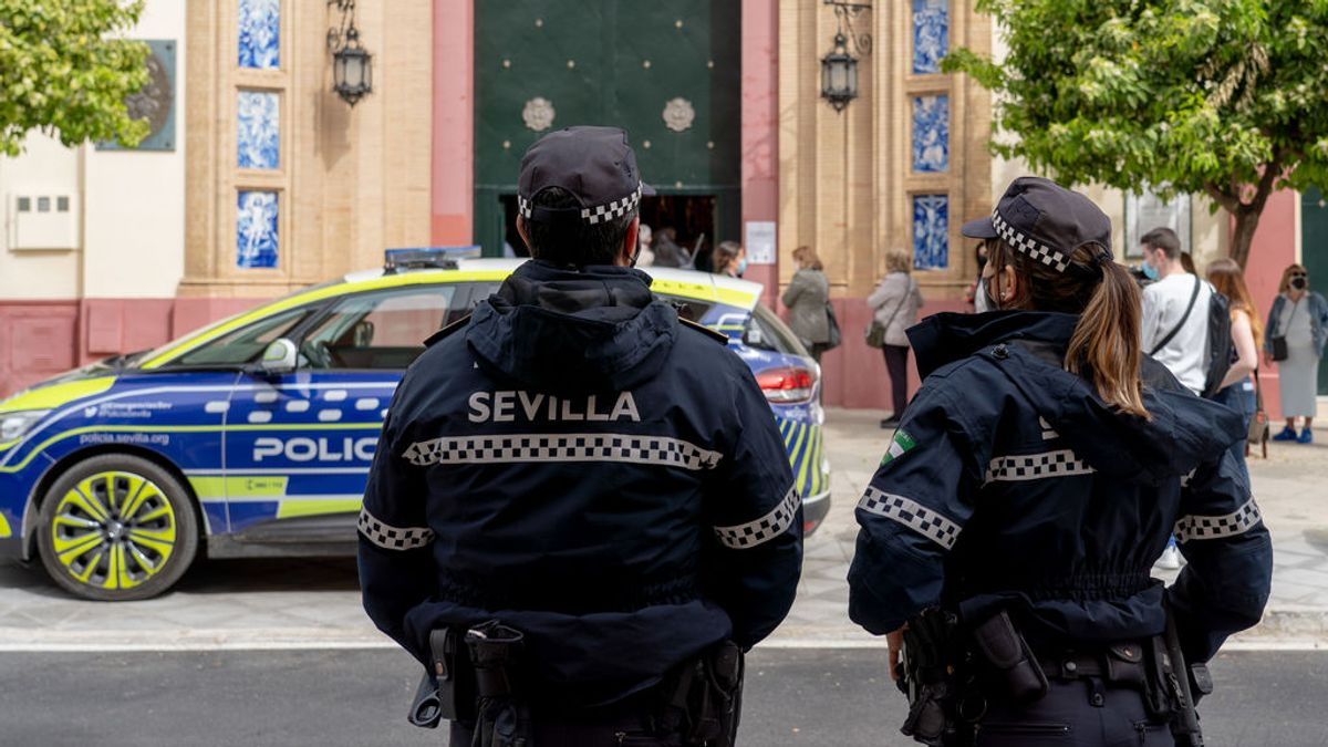 EuropaPress_3622046_dos_policias_ocales_pendientes_cola_basilica_stmo_cristo_expiracion_donde