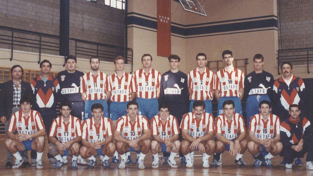Cecilio Alonso, con la plantilla del Atlético de Madrid de balonmano, arriba a la derecha, Juan de Dios Román