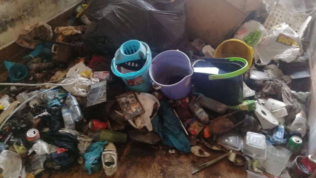 Montañas de desperdicios acumuladas en las estancias de los pisos