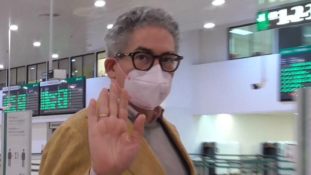 Boris Izaguirre sorprende en el aeropuerto por su mala actitud con la prensa