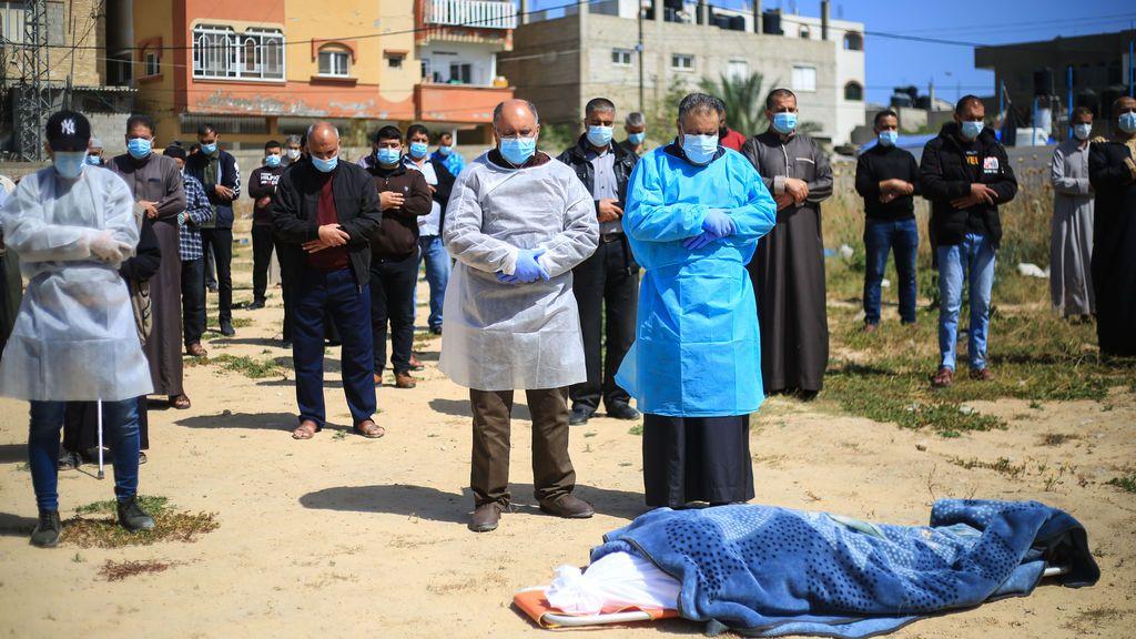 Funeral por una víctima de coronavirus en Gaza