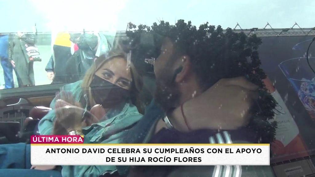 Antonio David recibe el cariño de sus hijos en su cumpleaños