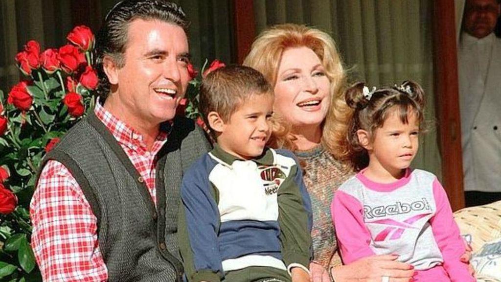 Juntos adoptaron a José Fernando y Gloria Camila.