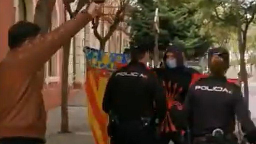 """Rufián se encara a un grupo de fascistas que lo ha increpado en Denia: """"Tienen balas para todos"""""""