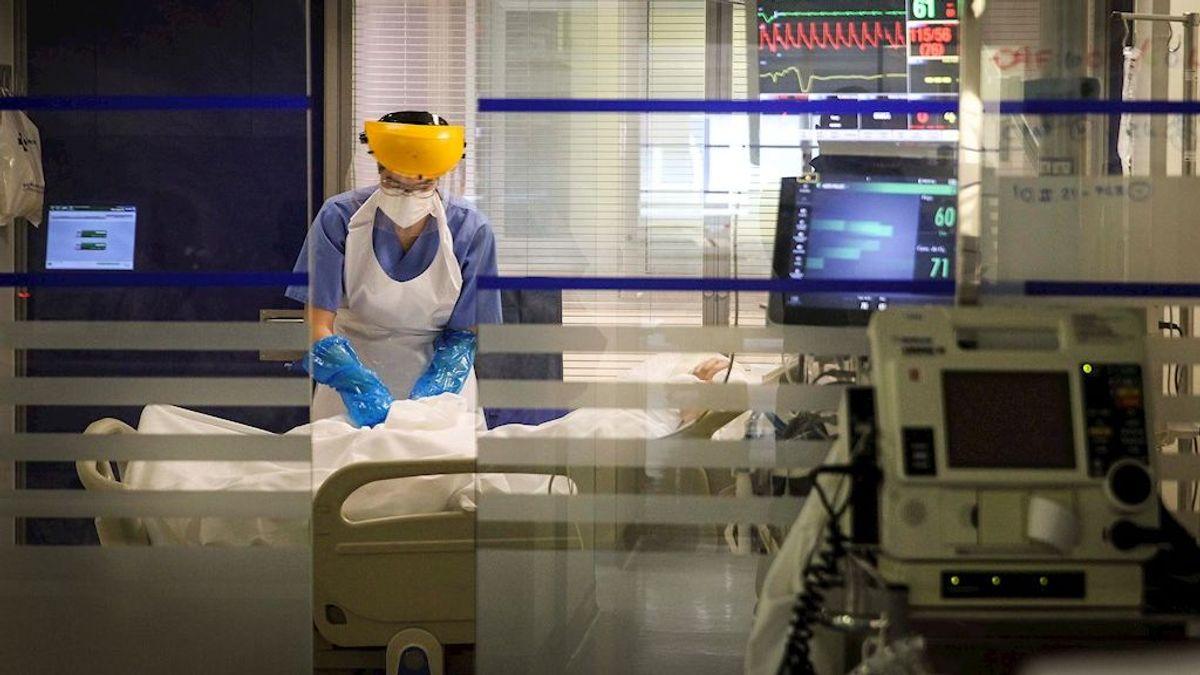 La cifra más alta de enfermos graves de covid en un año pone al límite las UCI de los hospitales vascos