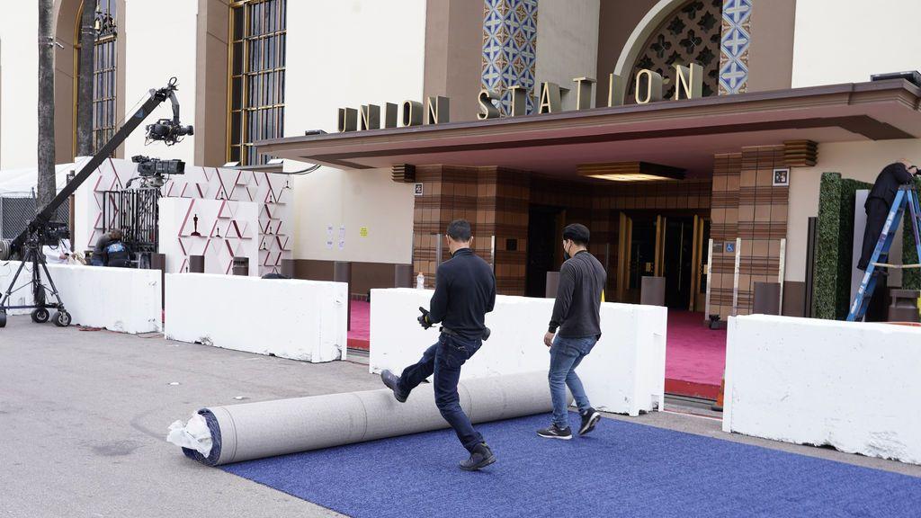 Estiran una alfombra azul en Union Station, la estación de autobuses de Los Ángeles, una de las sedes donde tiene lugar la gala de los Premios Oscars 2021