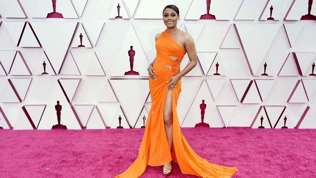 Ariana DeBose desfila en la alfombra roja de Union Station, la estación de autobuses de Los Ángeles, una de las sedes donde tiene lugar la gala de los Premios Oscars 2021
