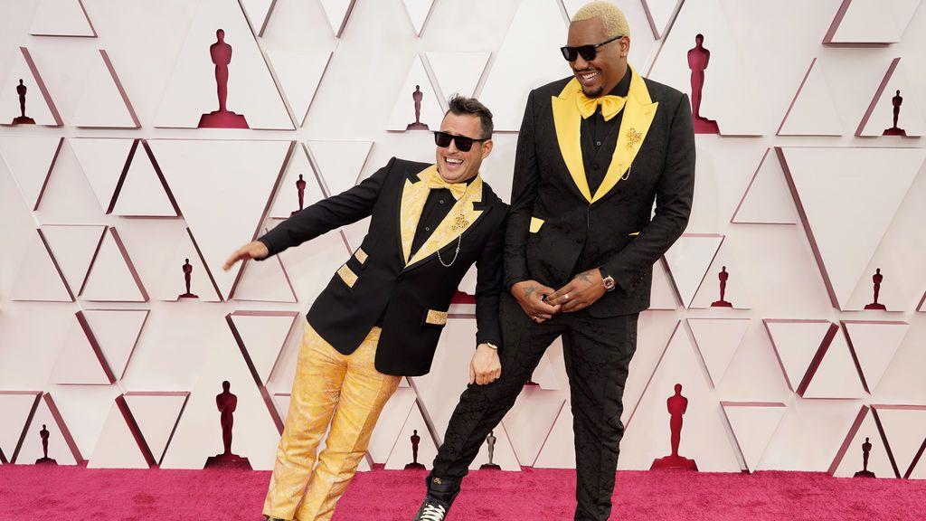 Martin Desmond Roe y Travon Free desfilan en la alfombra roja de Union Station, la estación de autobuses de Los Ángeles, una de las sedes donde tiene lugar la gala de los Premios Oscars 2021