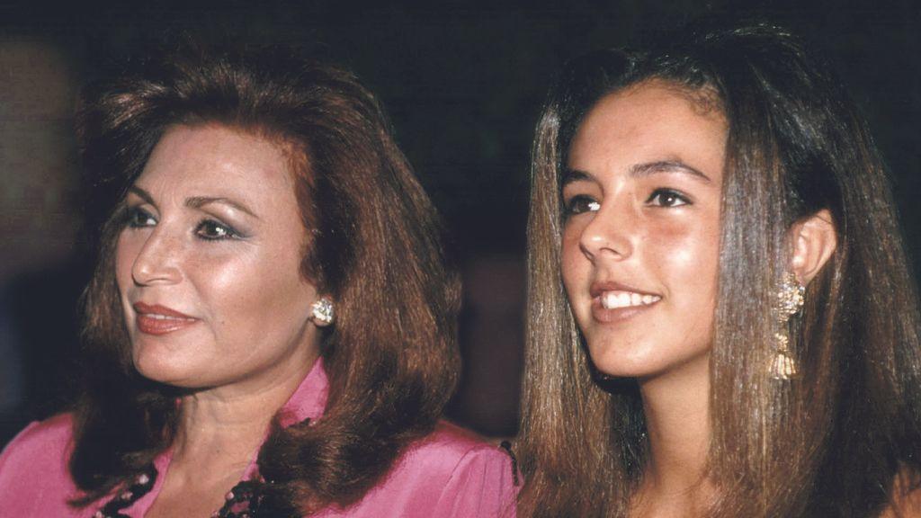 Justo antes de contraer matrimonio nació su primera hija, Rocío Carrasco.