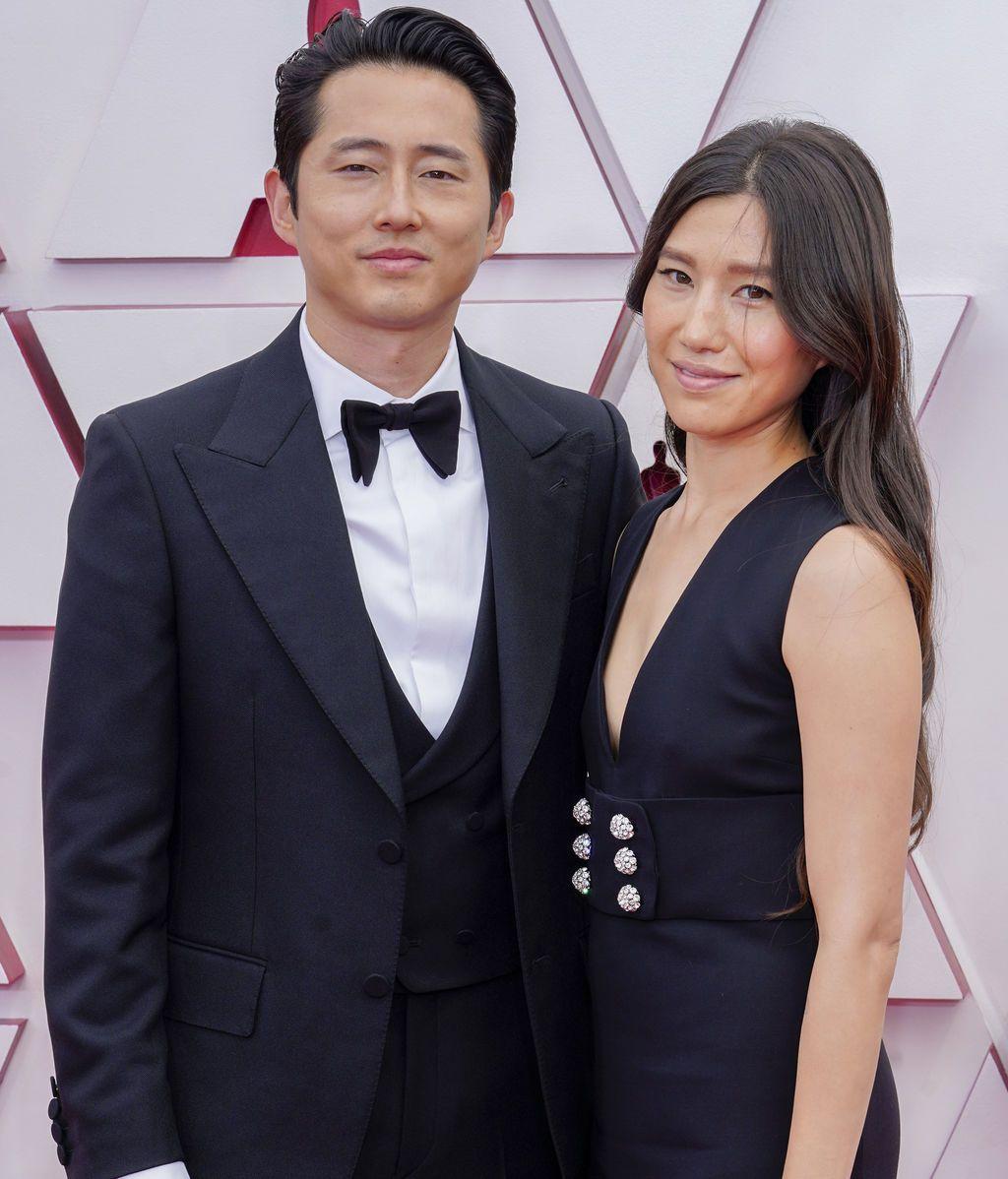 Steven Yeun y Joana Pak desfilan  en la alfombra roja de Union Station, la estación de autobuses de Los Ángeles, una de las sedes donde tiene lugar la gala de los Premios Oscars 2021