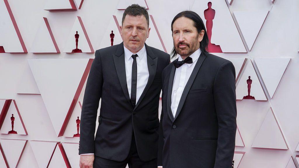 Atticus Ross y Trent Reznor desfilan en la alfombra roja de Union Station, la estación de autobuses de Los Ángeles, una de las sedes donde tiene lugar la gala de los Premios Oscars 2021