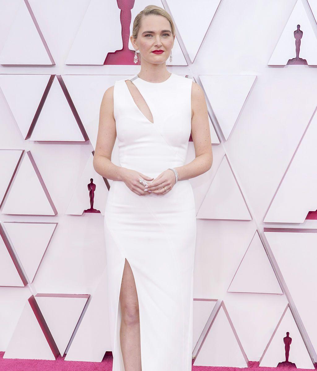 Jena Friedman desfila en la alfombra roja de Union Station, la estación de autobuses de Los Ángeles, una de las sedes donde tiene lugar la gala de los Premios Oscars 2021