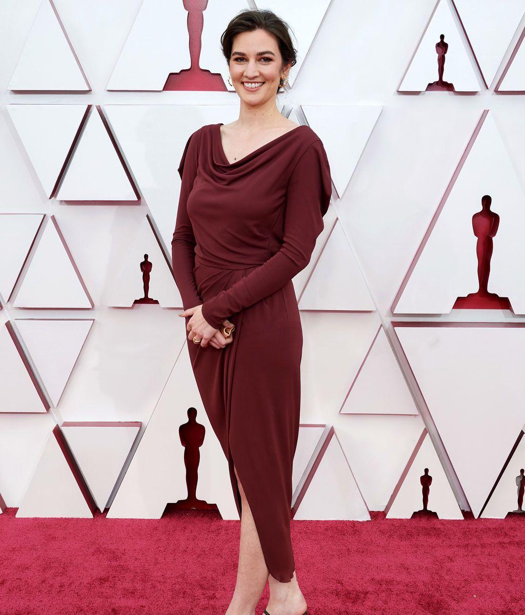 Madeline Sharafian desfila en la alfombra roja de Union Station, la estación de autobuses de Los Ángeles, una de las sedes donde tiene lugar la gala de los Premios Oscars 2021