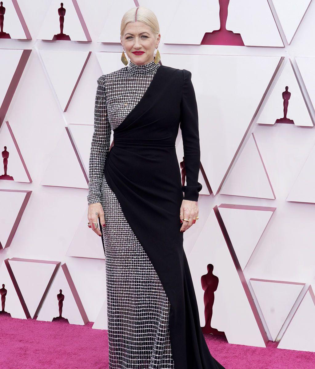 Trish Summerville desfila en la alfombra roja de Union Station, la estación de autobuses de Los Ángeles, una de las sedes donde tiene lugar la gala de los Premios Oscars 2021