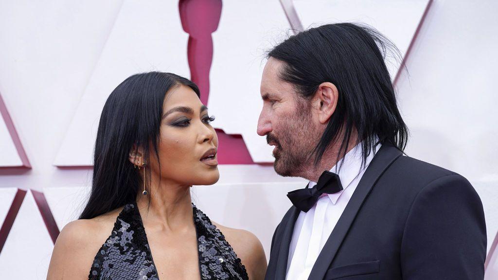 Mariqueen Maandig Reznor y Trent Reznor desfilan en la alfombra roja de Union Station, la estación de autobuses de Los Ángeles, una de las sedes donde tiene lugar la gala de los Premios Oscars 2021
