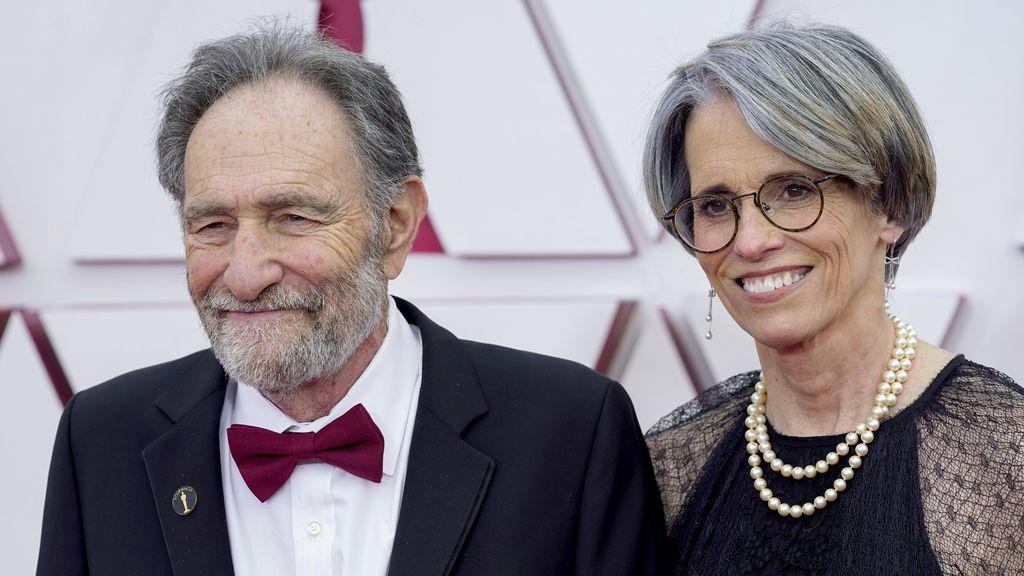 Debra Greenfield y Eric Roth desfilan en la alfombra roja de Union Station, la estación de autobuses de Los Ángeles, una de las sedes donde tiene lugar la gala de los Premios Oscars 2021