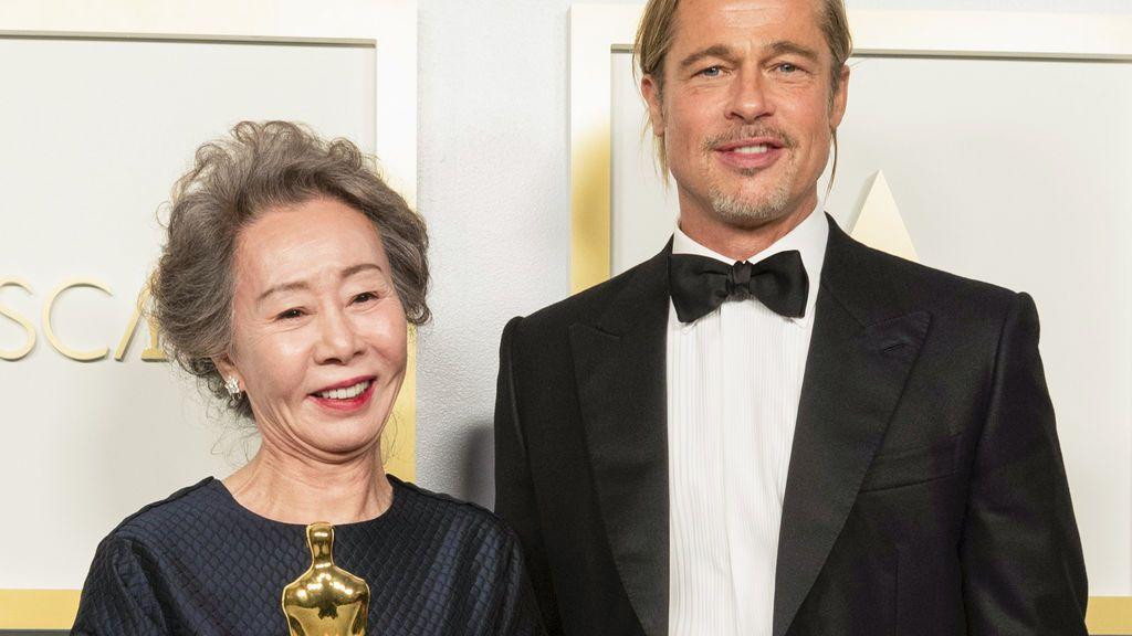 Youn Yuh-jung, emocionada tras recibir su premio a la mejor actriz de reparto de la mano de Brad Pitt