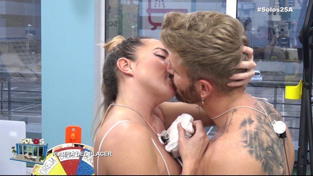 El primer beso de Óscar y Samira