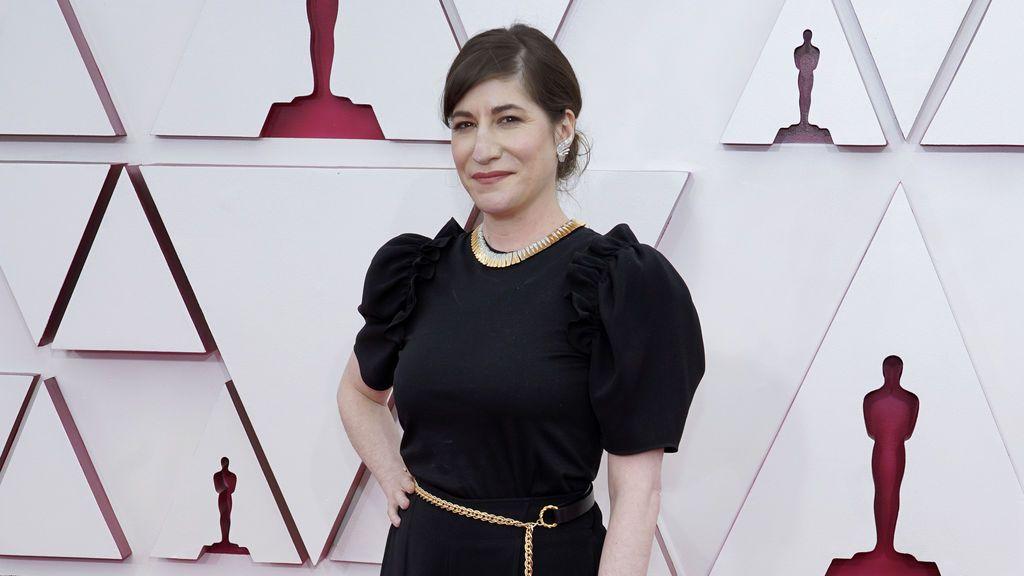 Mollye Asher desfila en la alfombra roja de Union Station, la estación de autobuses de Los Ángeles, una de las sedes donde tiene lugar la gala de los Premios Oscars 2021