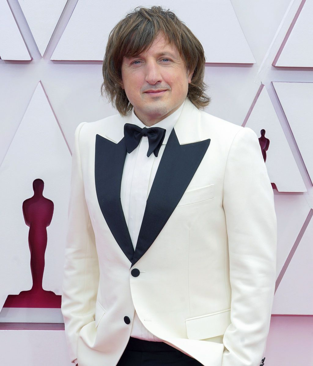 Daniel Pemberton desfila en la alfombra roja de Union Station, la estación de autobuses de Los Ángeles, una de las sedes donde tiene lugar la gala de los Premios Oscars 2021