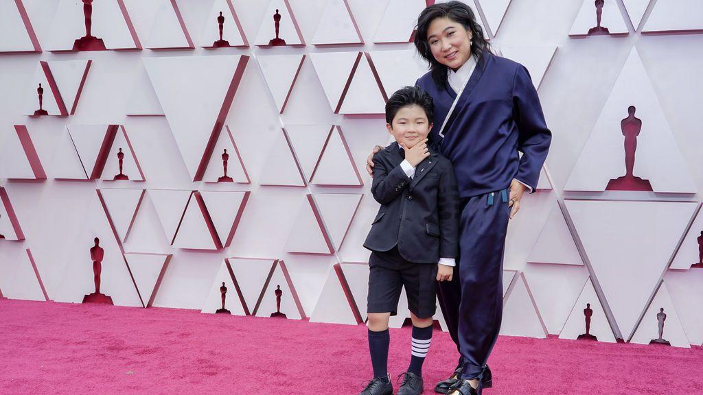 Alan S. Kim y Vicky Kim desfilan en la alfombra roja de Union Station, la estación de autobuses de Los Ángeles, una de las sedes donde tiene lugar la gala de los Premios Oscars 2021