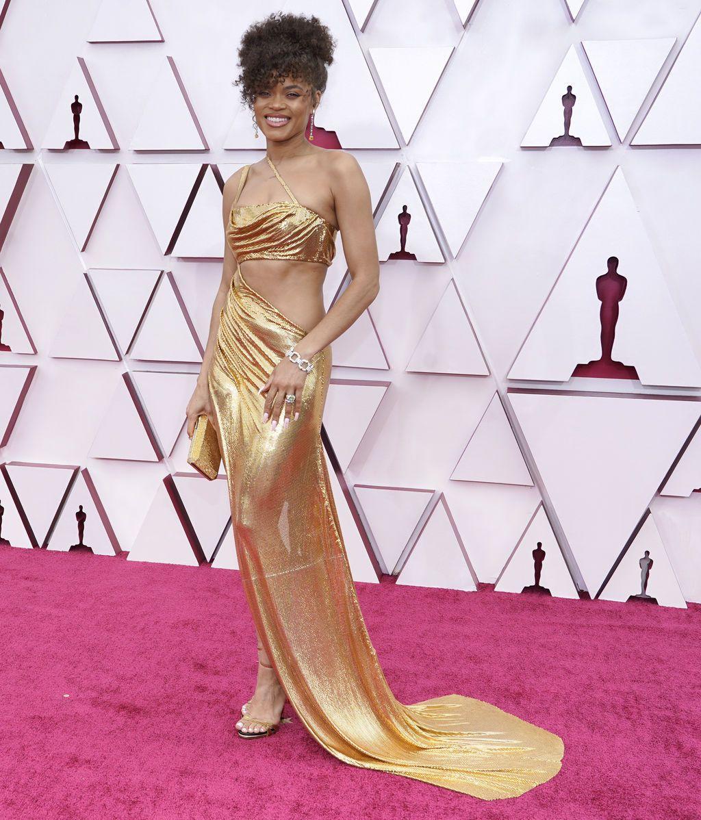 Andra Day desfila en la alfombra roja de Union Station, la estación de autobuses de Los Ángeles, una de las sedes donde tiene lugar la gala de los Premios Oscars 2021