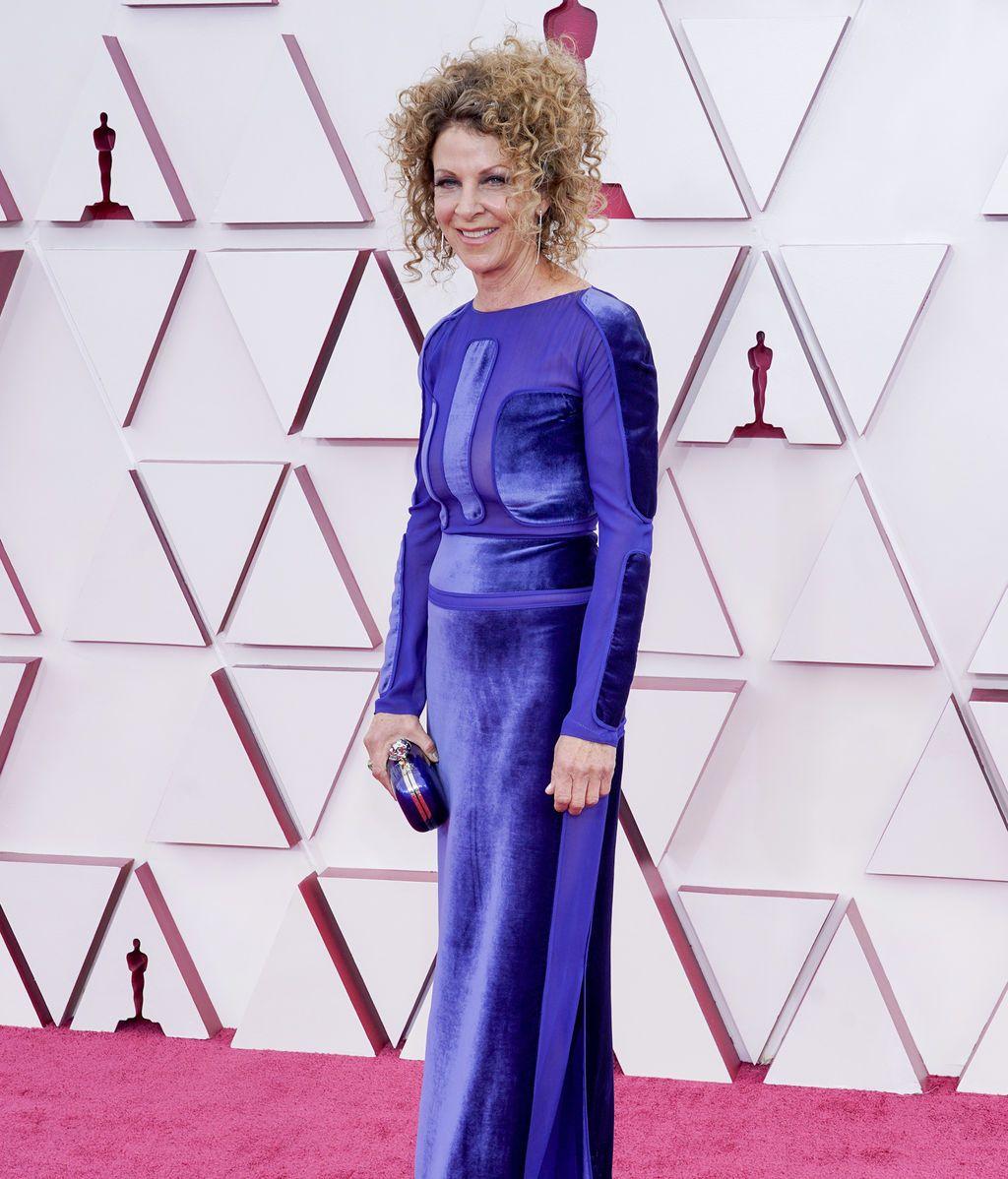 Colleen LaBaff desfila en la alfombra roja de Union Station, la estación de autobuses de Los Ángeles, una de las sedes donde tiene lugar la gala de los Premios Oscars 2021