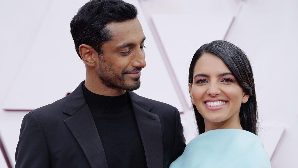 Riz Ahmed y Fatima Farheen Mirza desfila en la alfombra roja de Union Station, la estación de autobuses de Los Ángeles, una de las sedes donde tiene lugar la gala de los Premios Oscars 2021