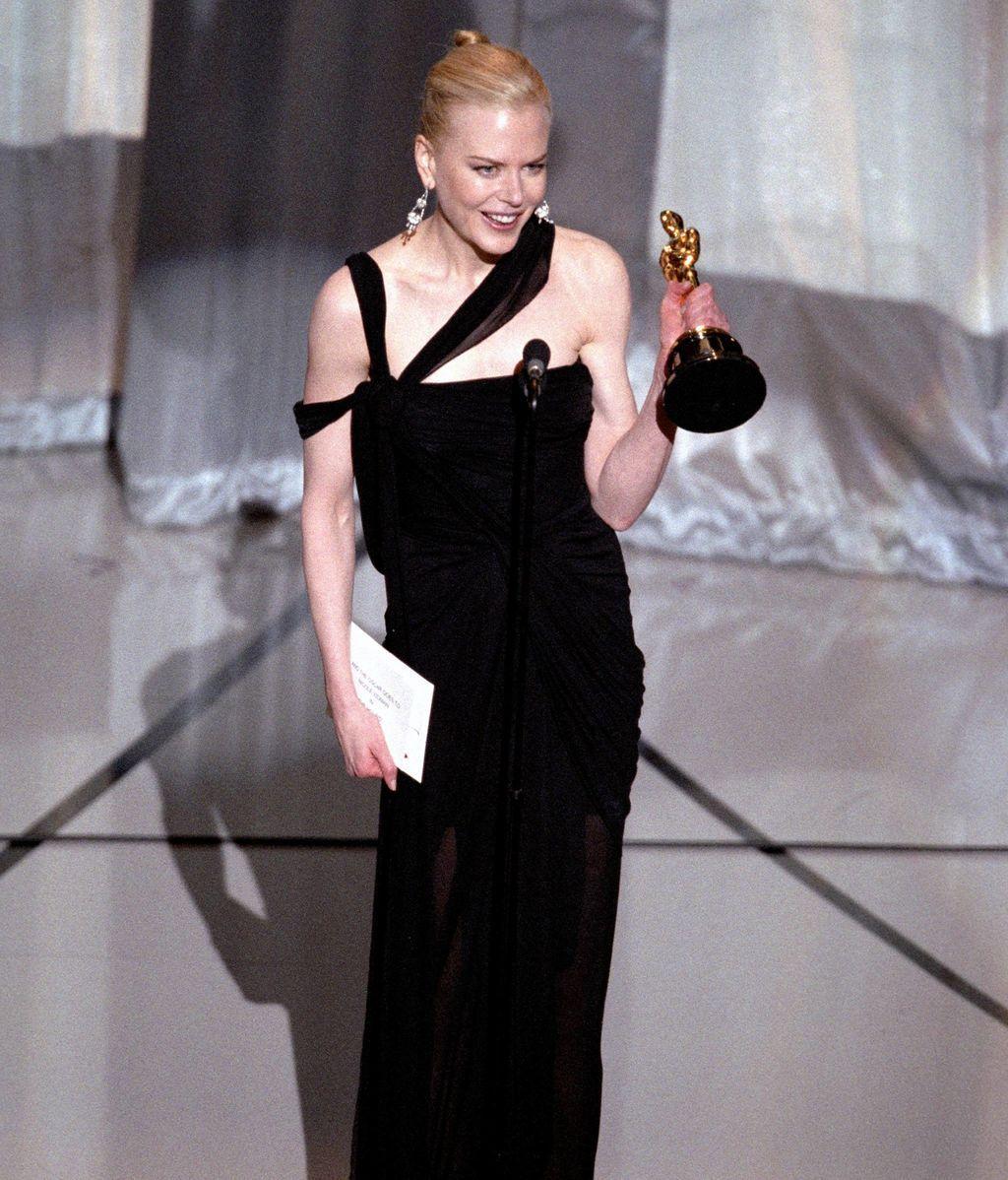 Nicole Kidman recogiendo el Oscar como mejor actriz en 2003 por 'Las horas'