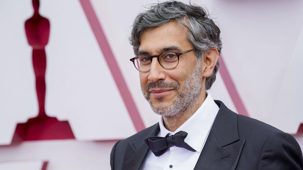 Ramin Bahrani desfila en la alfombra roja de Union Station, la estación de autobuses de Los Ángeles, una de las sedes donde tiene lugar la gala de los Premios Oscars 2021