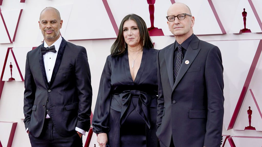 Jesse Collins, Stacey Sher y Steven Soderbergh desfilan en la alfombra roja de Union Station, la estación de autobuses de Los Ángeles, una de las sedes donde tiene lugar la gala de los Premios Oscars 2021