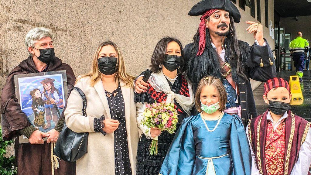 Berto Pirata, junto a sus dos hijos mellizos de ocho años, y su novia María