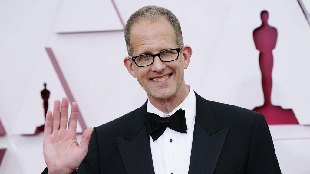 Pete Docter desfila en la alfombra roja de Union Station, la estación de autobuses de Los Ángeles, una de las sedes donde tiene lugar la gala de los Premios Oscars 2021
