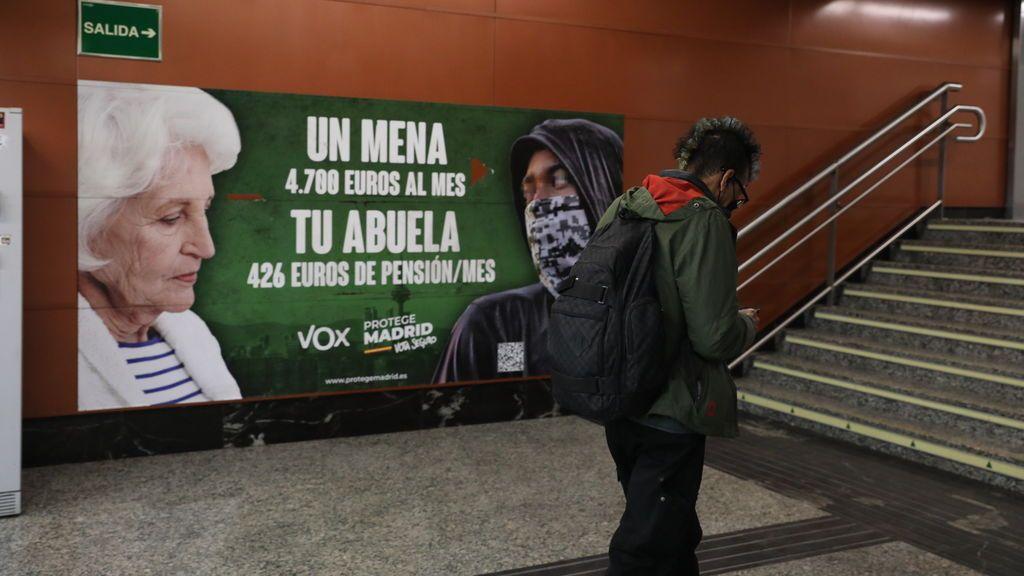 """La Fiscalía pide al juez la retirada del cartel de Vox por """"estigmatización, intolerante y prejuiciosa"""" hacia los menas"""