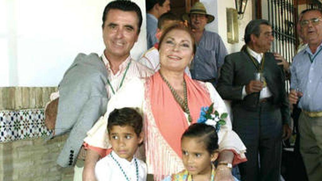 Con José Ortega Cano adoptó a dos niños, Gloria Camila y José Fernando.