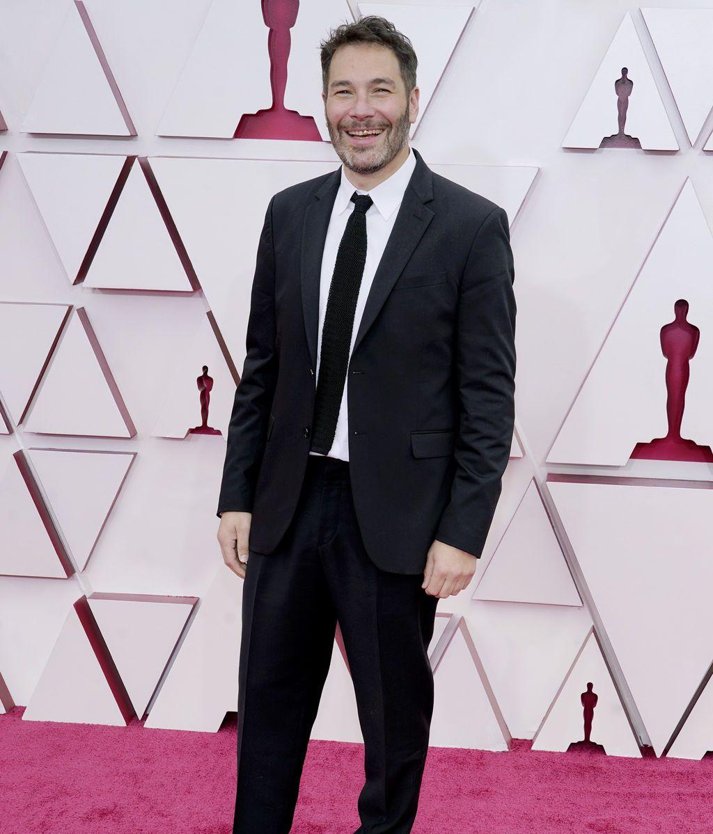 Dan Swimer desfila en la alfombra roja de Union Station, la estación de autobuses de Los Ángeles, una de las sedes donde tiene lugar la gala de los Premios Oscars 2021