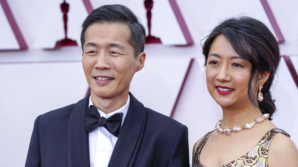 Lee Isaac Chung y Valerie Chung desfilan en la alfombra roja de Union Station, la estación de autobuses de Los Ángeles, una de las sedes donde tiene lugar la gala de los Premios Oscars 2021
