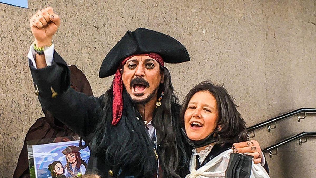 """Una jueza se niega a casar a un hombre vestido de Jack Sparrow: """"Mi traje tiene más clase que el típico de pingüino"""""""