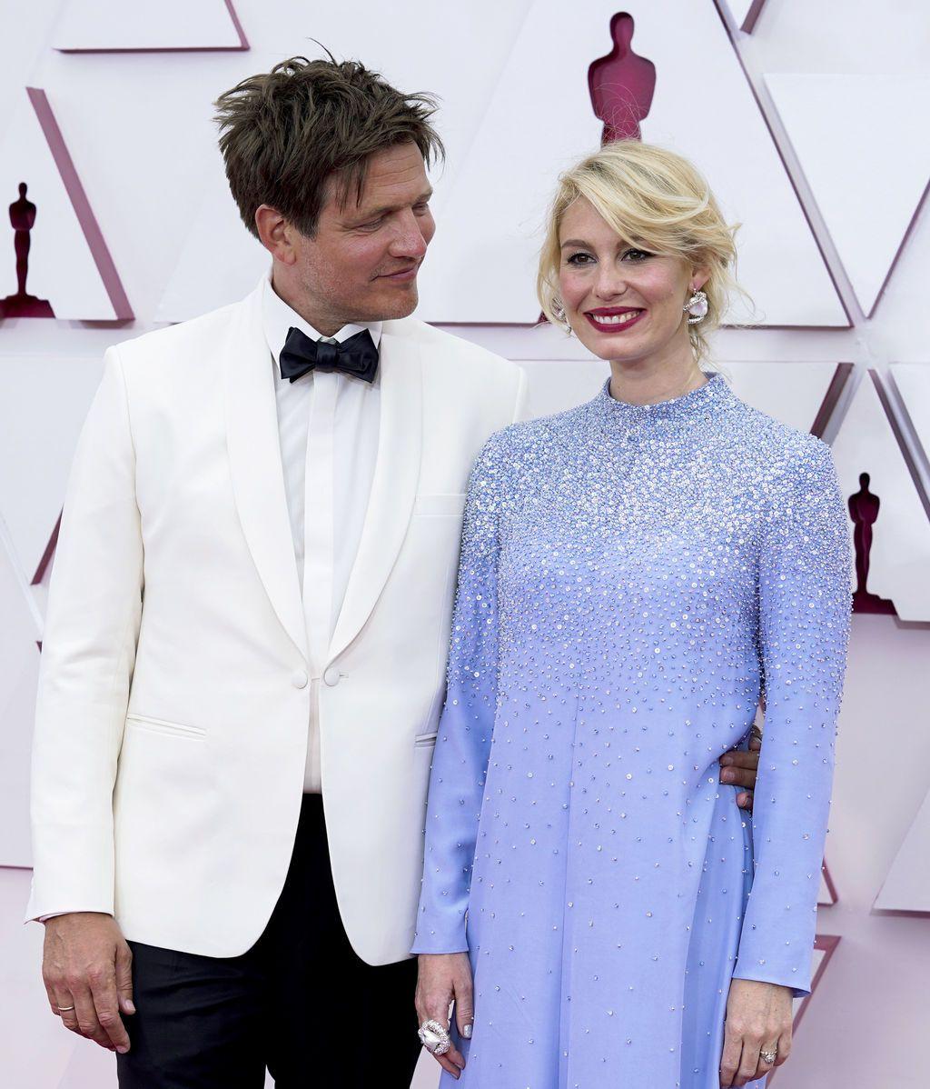 Thomas Vinterberg y Helene Reingaard Neumann desfilan en la alfombra roja de Union Station, la estación de autobuses de Los Ángeles, una de las sedes donde tiene lugar la gala de los Premios Oscars 2021