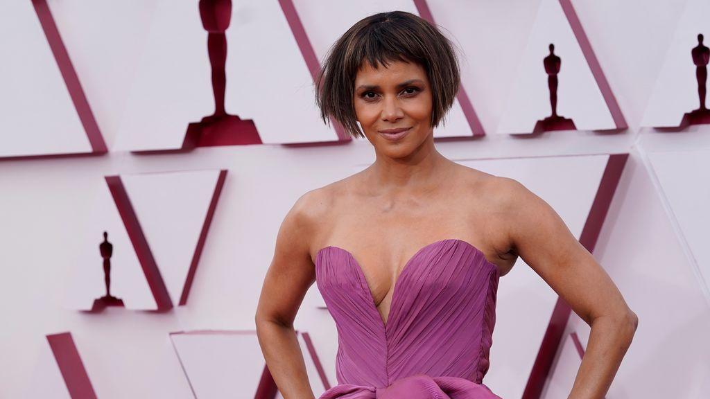El corte de pelo de Halle Berry, en el foco de los memes de los Premios Oscars