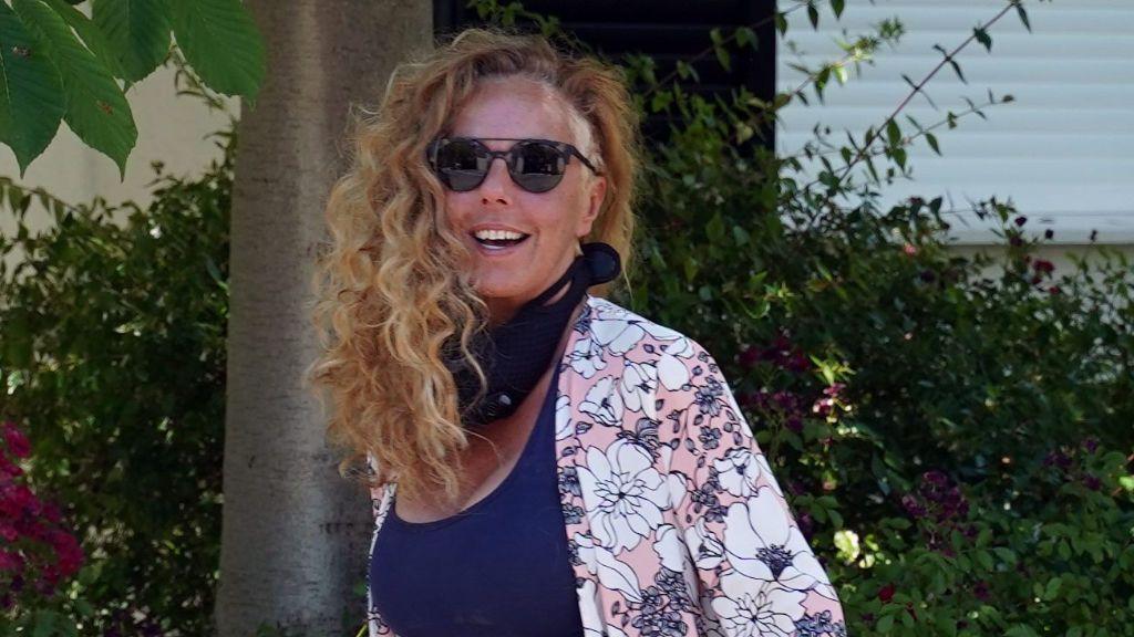 Rocío Carrasco luciendo muy sonriente su característico look rapado