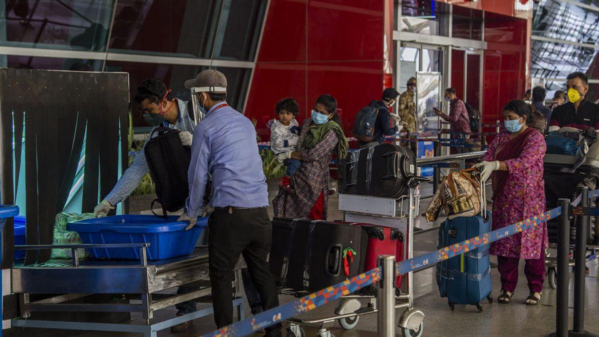 Varios países cancelan sus vuelos a la India por la amenaza de la crisis sanitaria del país asiático