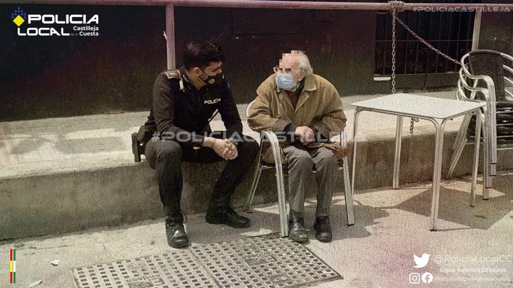 El gesto viral de un policía en un pueblo de Sevilla: se sienta a acompañar a un enfermo de Alzheimer desorientado