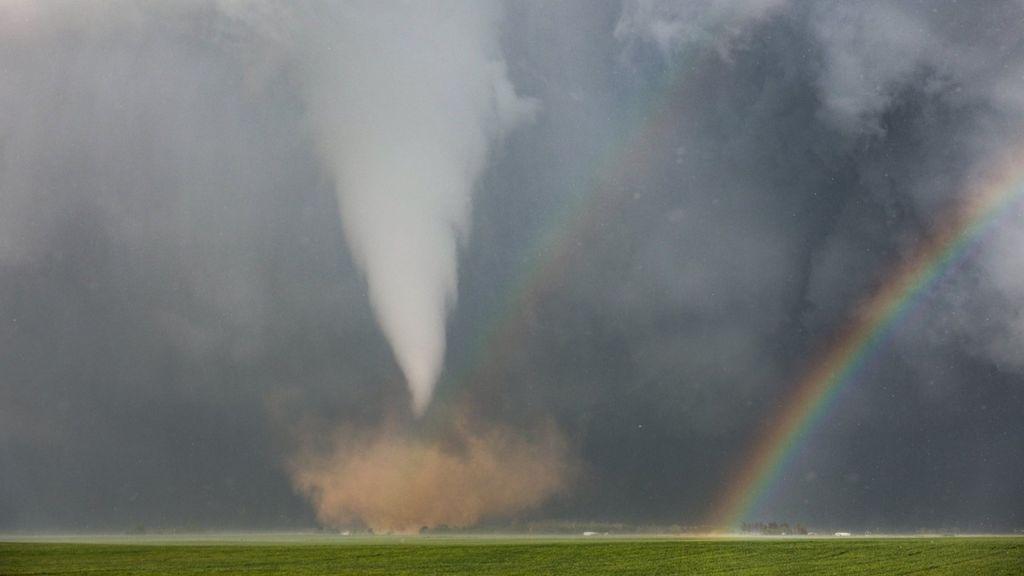 La increíble imagen del encuentro de un tornado y un arcoíris en Texas