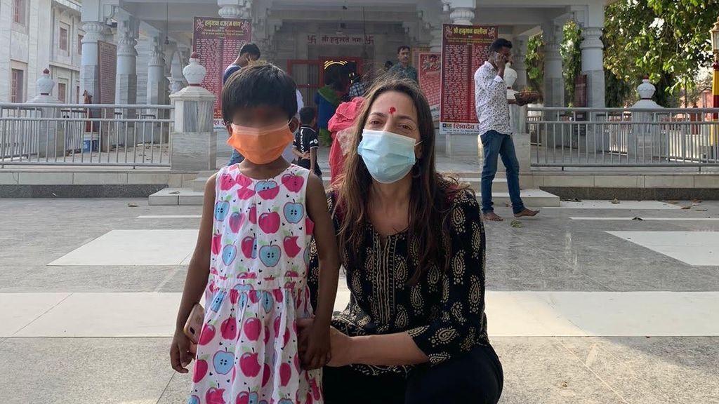 """Marta, española en India con su hija adoptada: """"Llevamos dos semanas encerradas en el hotel"""""""