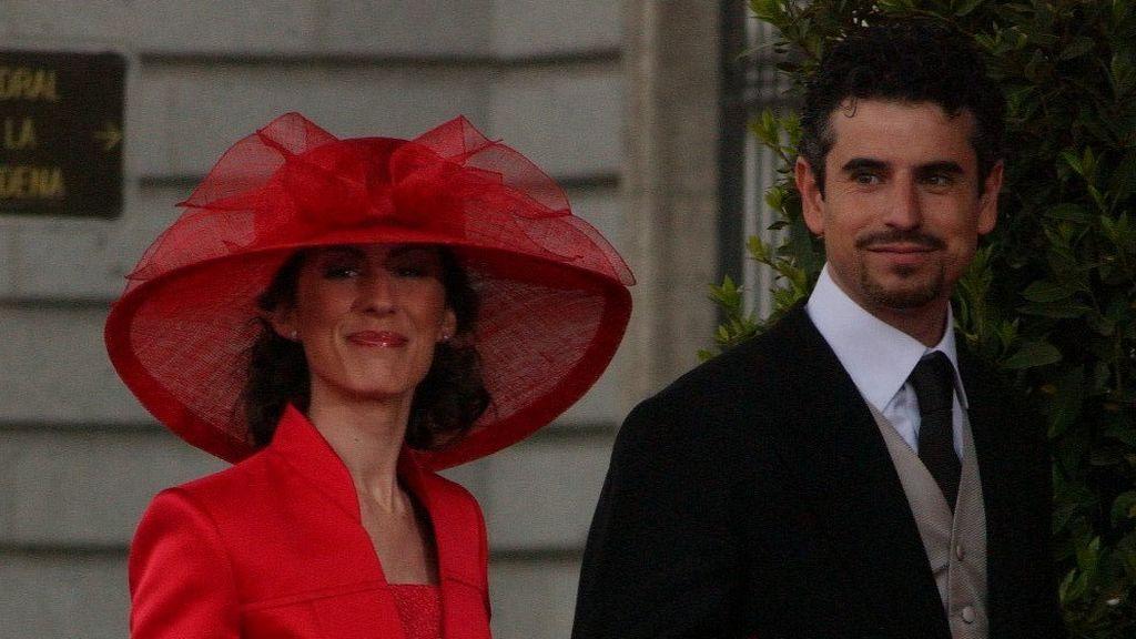 Erika Ortiz y su marido, el escultor Antonio Vigo, en la boda de Felipe y Letizia (2004)
