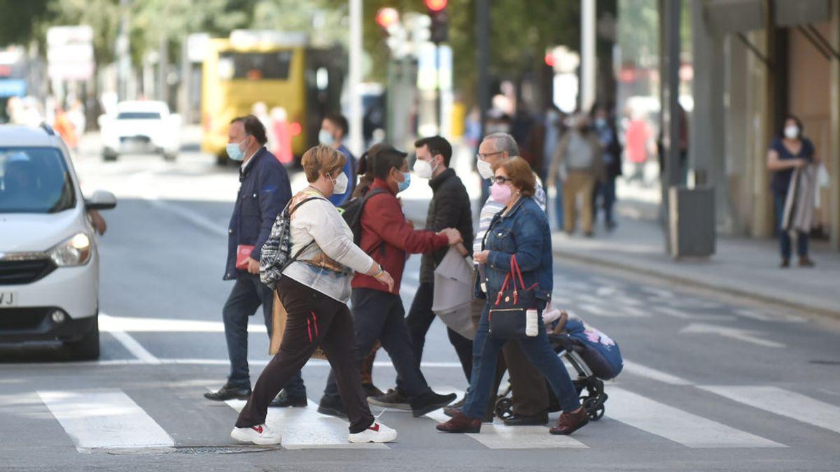 EuropaPress_3670051_varias_personas_caminan_centrica_calle_murcia_27_abril_2021_murcia_region