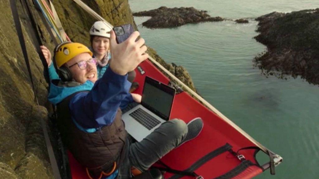 Un consultor británico decide teletrabajar colgado de un acantilado