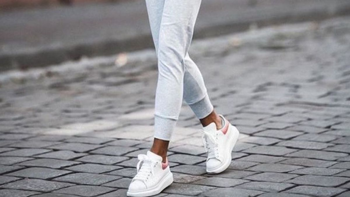 Alerta tendencia: zapatillas blancas con plataforma, el complemento perfecto para lucir tus joggers