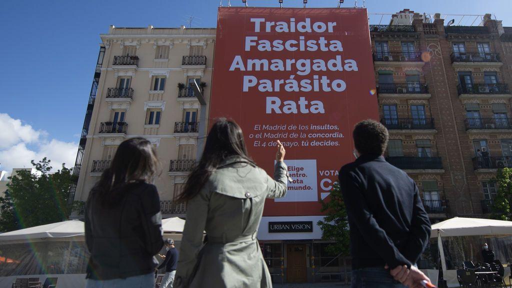 La lona de Ciudadanos en la Plaza de Salvador Dalí
